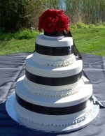 High contrast wred, black and white dramatize a summer wedding